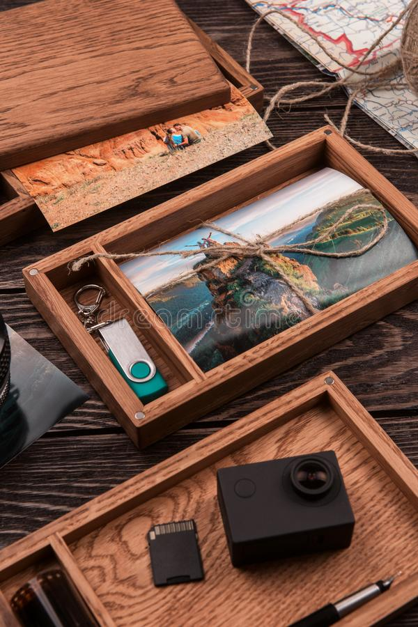 Bo?te en bois de photo avec la photo du voyage photos stock