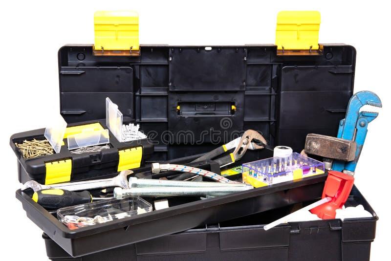Bo?te ? outils d'isolement Boîte en plastique noire de trousse à outils avec les outils assortis et avec de divers clous, vis, at photos libres de droits