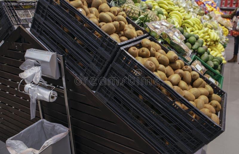 Bo?tes ? fruit dans la boutique du marchand de l?gumes au march? image libre de droits