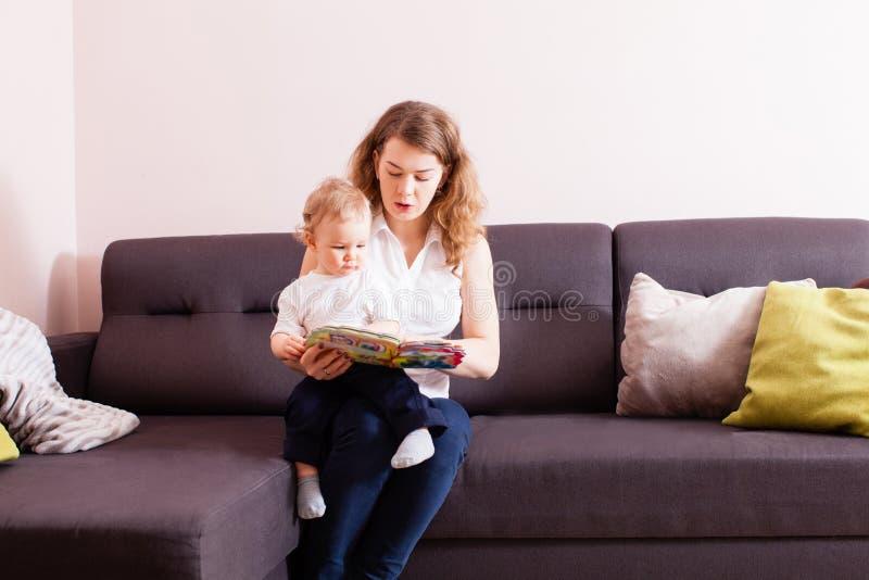 A boa criança quer aprender como ler imagem de stock