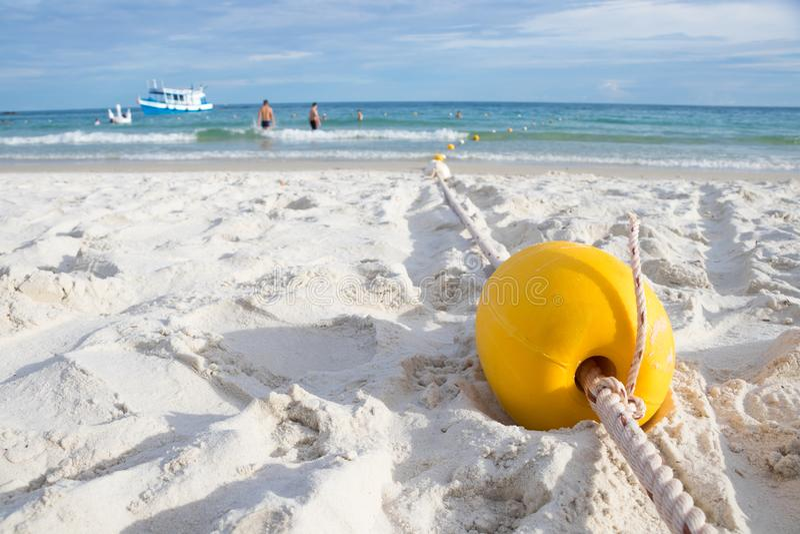 Boa gialla sulla spiaggia per la fabbricazione dell'area di sicurezza di nuoto per i turisti immagini stock libere da diritti