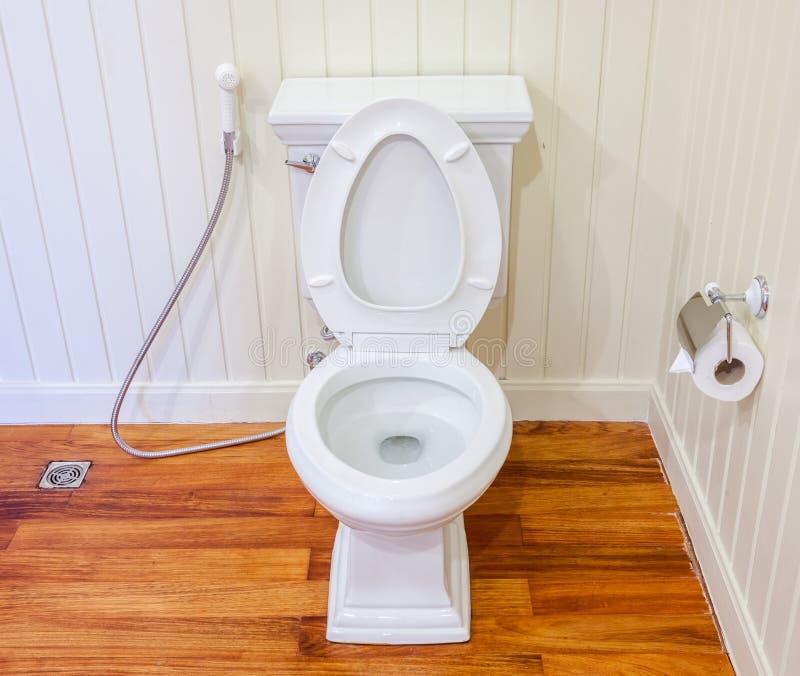 Boa preparação do toalete limpo, branco e estéril em um branco wal imagem de stock royalty free