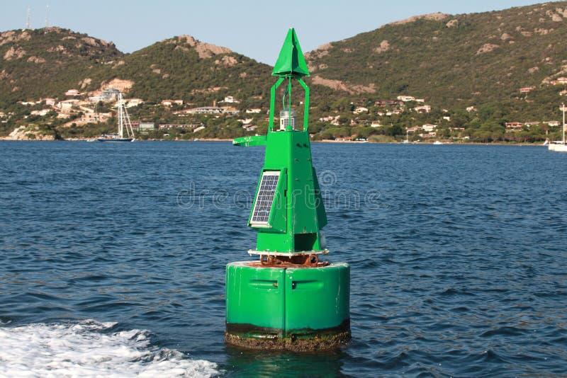 Boa verde con la batteria solare, segno del confine del canale fotografia stock