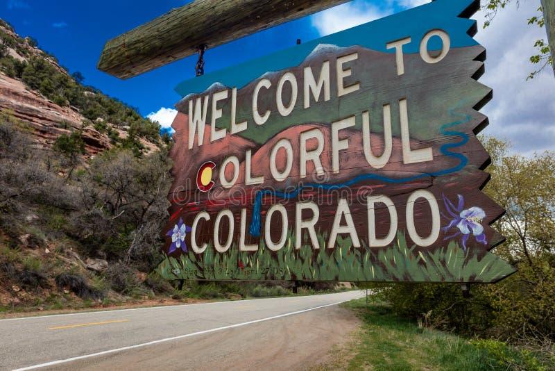 Boa vinda ao sinal de estrada colorido do estado de Colorado perto da beira de Utá/Colorado que vai para Norwood Colorado imagem de stock royalty free