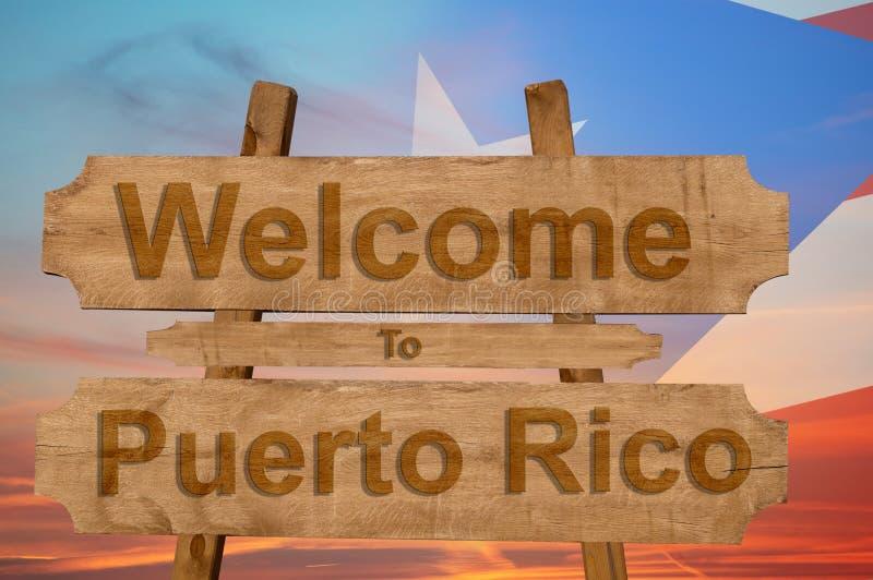 Boa vinda ao sinal de Peurto Rico no fundo de madeira com mistura da bandeira nacional imagem de stock royalty free
