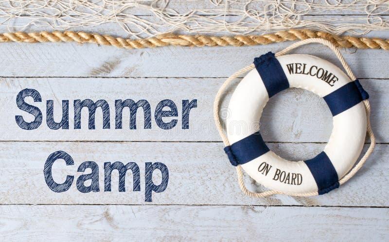 Boa vinda ao sinal do acampamento de verão foto de stock royalty free