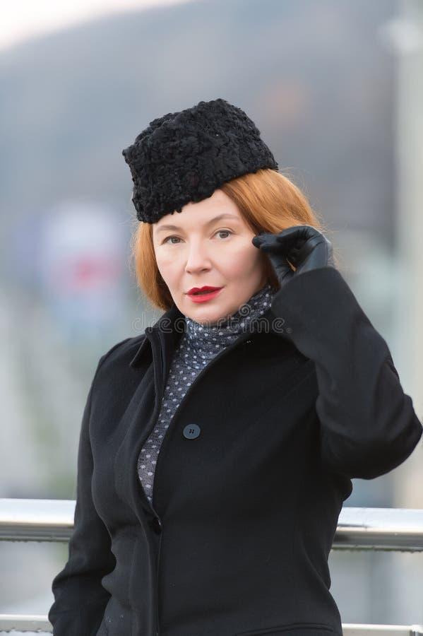 Boa vinda da aeromoça de bordo você Senhora vermelha do cabelo no chapéu Retrato da senhora no revestimento Chapéu do amor da sen foto de stock