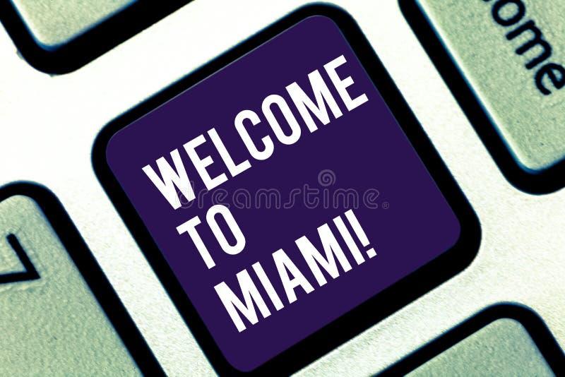 Boa vinda da escrita do texto da escrita a Miami Significado do conceito que chega ao teclado ensolarado das férias da praia do v imagens de stock royalty free