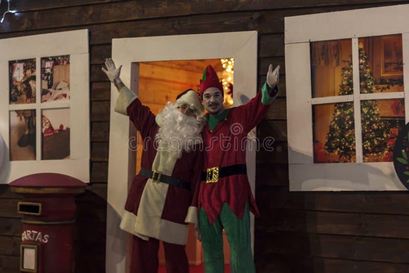 Boa vinda de Santa Claus e do duende na porta fotos de stock