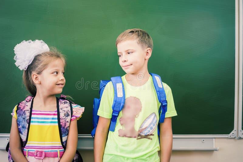 Boa vinda de volta à escola com amor das crianças fotos de stock royalty free