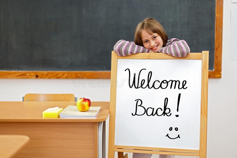 Boa vinda de volta à placa de escola foto de stock royalty free