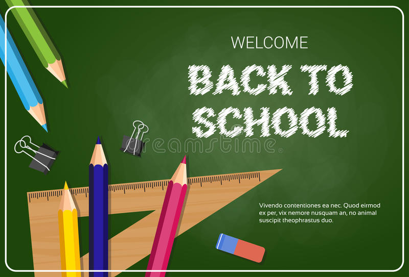 Boa vinda de volta aos lápis e às réguas coloridos dos pastéis do cartaz da escola no fundo da placa de giz ilustração royalty free