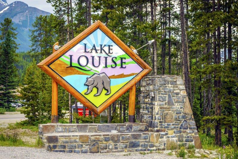 Boa vinda a Lake Louise, dando boas-vindas ao sinal à cidade em Canadá fotos de stock