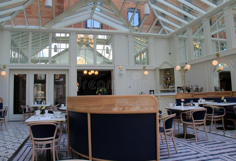 Boa vinda lindo aos visitantes que procuram muito bem o jantar no hotel de Adelphi, Saratoga Springs, New York, 2018 imagem de stock royalty free