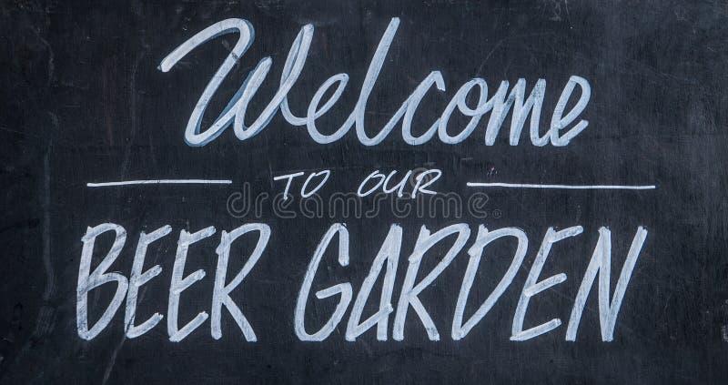 Boa vinda a nosso jardim da cerveja foto de stock royalty free