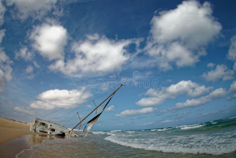 Boa Vista de la isla en Cabo Verde, paisaje - playa con el naufragio del velero foto de archivo libre de regalías