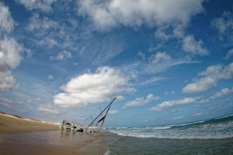 Boa Vista de la isla en Cabo Verde, paisaje - playa con el naufragio del velero imágenes de archivo libres de regalías
