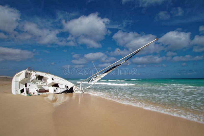Boa Vista de la isla en Cabo Verde, paisaje - playa con el naufragio del velero fotos de archivo