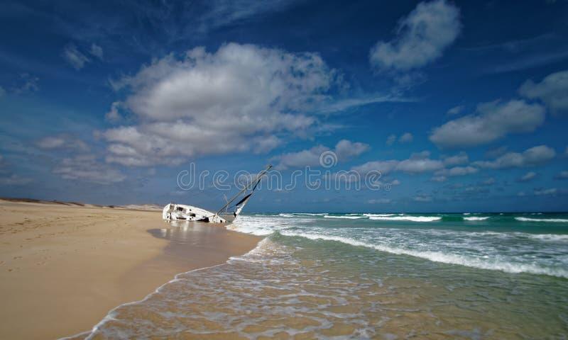 Boa Vista de la isla en Cabo Verde, paisaje - playa con el naufragio del velero fotografía de archivo