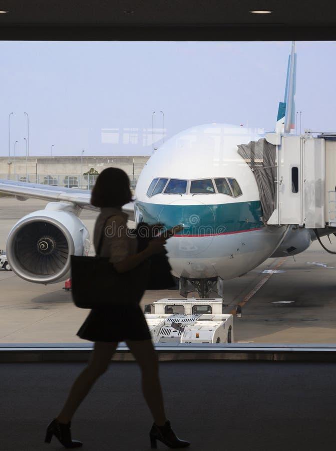 boadring飞机的女实业家 免版税库存图片