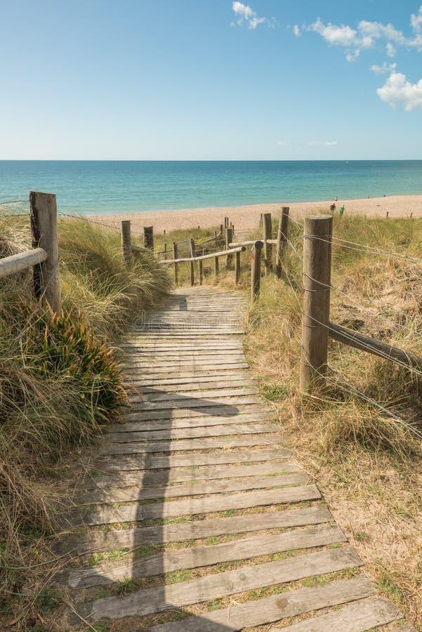 Boardpromenad som leder till stranden i kuststaden Littlehampton UK arkivfoto