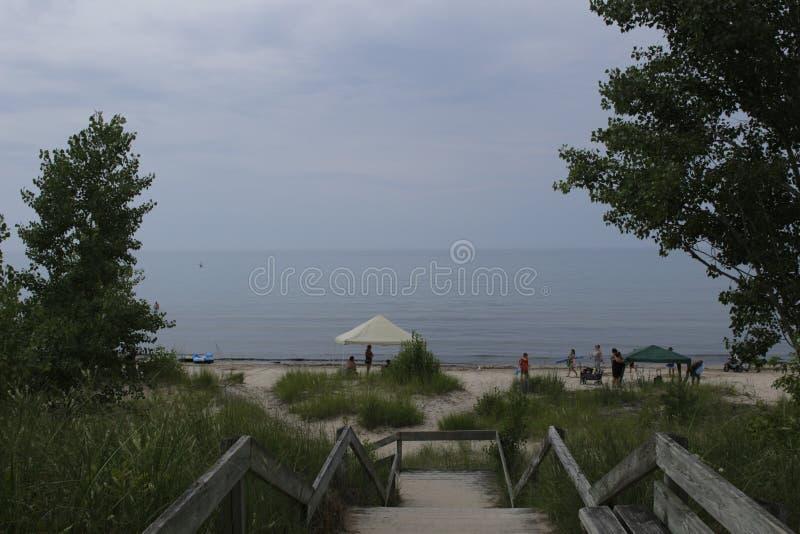 Boardwalk prowadzi plaża i deszczowy dzień, chmurny obrazy royalty free