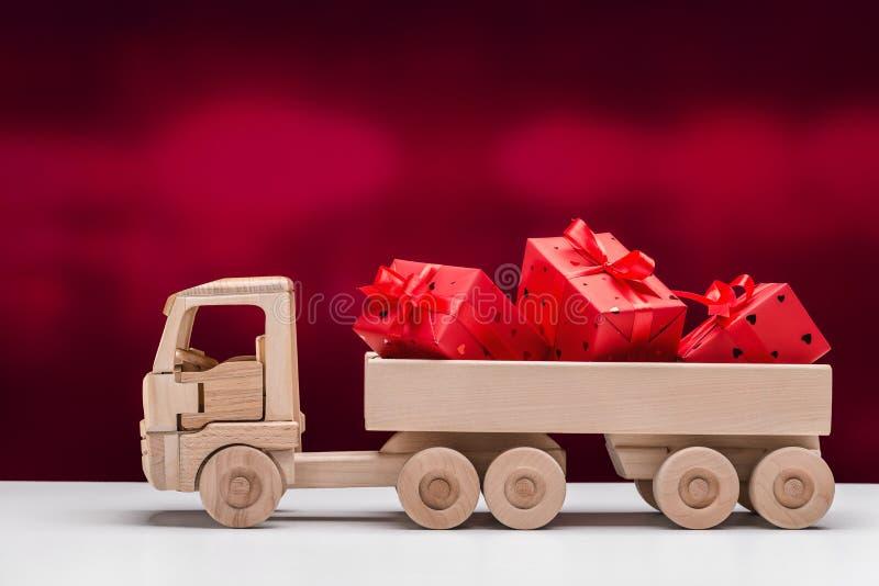 Boas festas Caminh?o basculante do brinquedo com presentes foto de stock