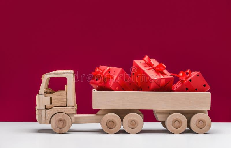 Boas festas Caminh?o basculante do brinquedo com presentes fotografia de stock