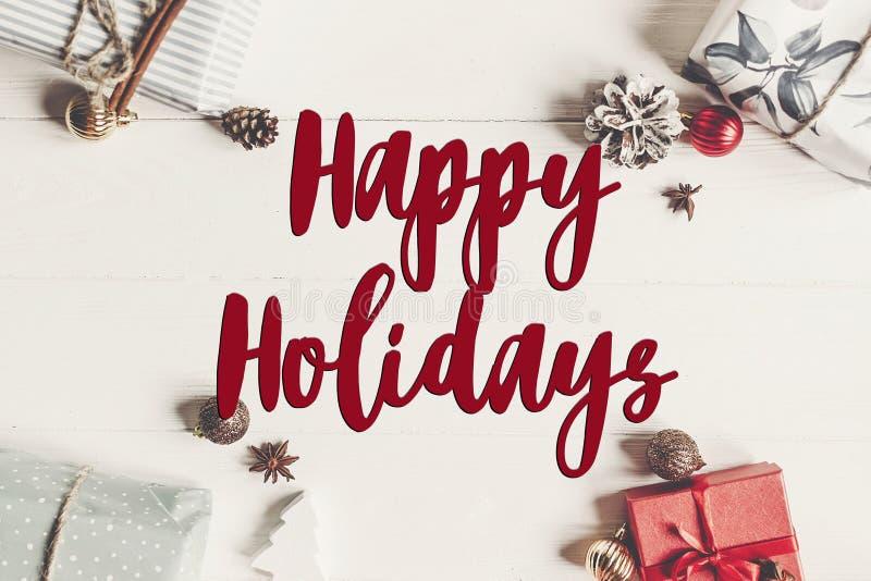 Boas festas texto, sinal sazonal do cartão de cumprimentos fla do Natal fotografia de stock royalty free