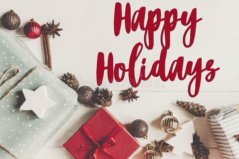 Boas festas texto, sinal sazonal do cartão de cumprimentos fla do Natal foto de stock royalty free