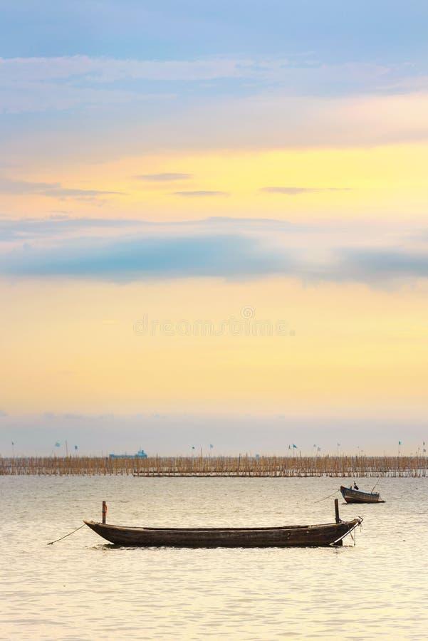 Boat bij zonsondergang royalty-vrije stock foto's