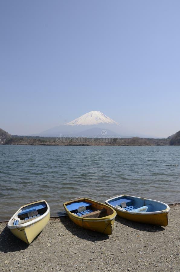 3-boat com o Fujisan no Shoji do lago imagem de stock