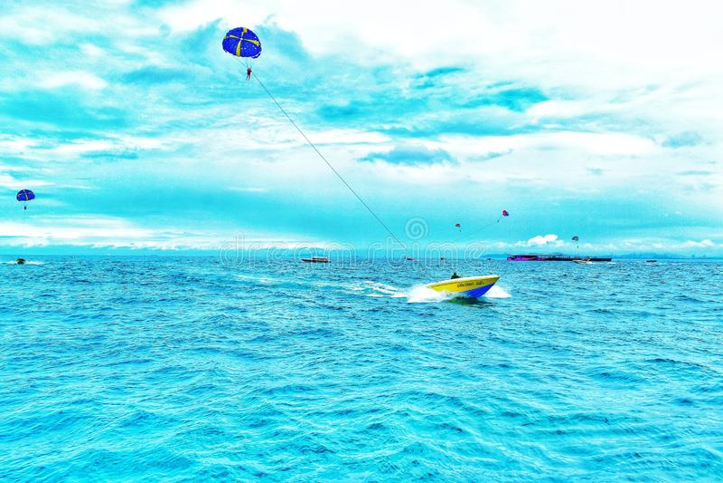Boat i Pattaya parachute ridning royaltyfri fotografi