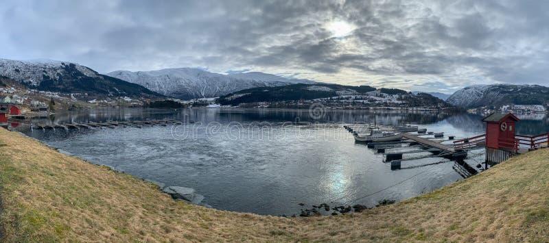Boat nära pier i Hardangerfjord i Norge arkivbilder