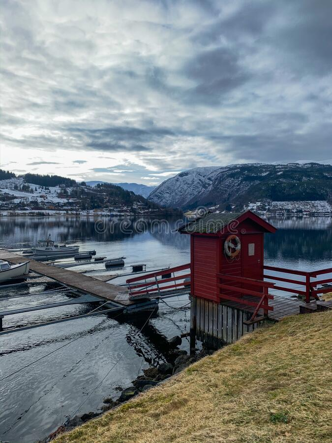 Boat nära pier i Hardangerfjord i Norge royaltyfri fotografi
