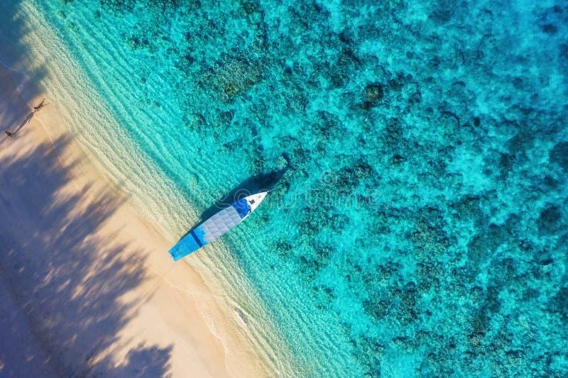 Boat nabij strand, bovenaanzicht Turkooise waterachtergrond vanaf bovenaanzicht Zomerseizoen vanaf de lucht Gili Meno, Indonesië royalty-vrije stock afbeelding