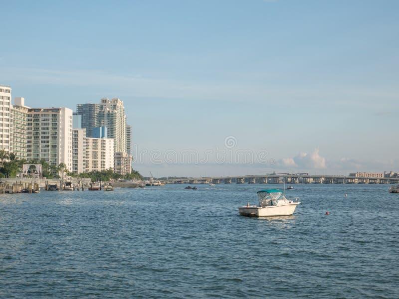 Boat parkerat vid intilliggande marina Meloy Channel Miami Beach, Florida, Förenta staterna fotografering för bildbyråer