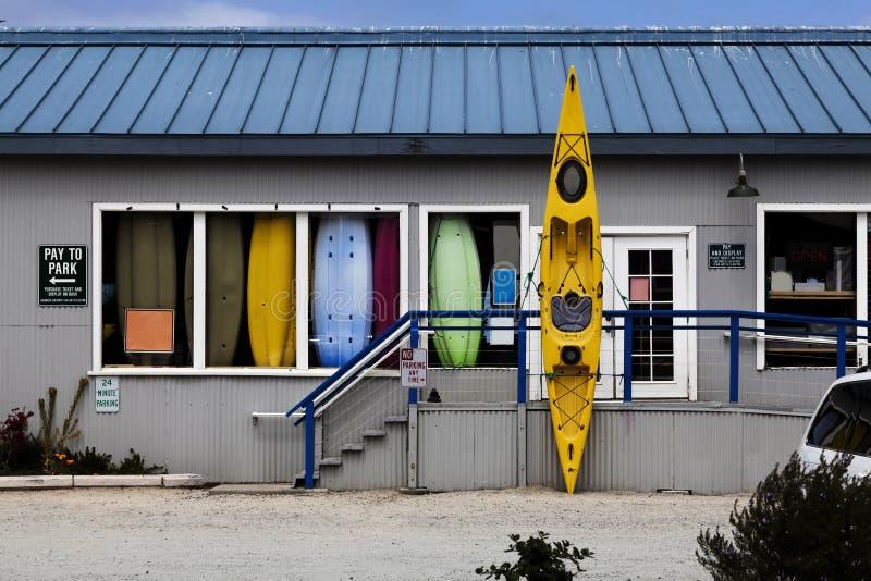 Boat Rental Shop med gul Kayak utanför dörren royaltyfri bild