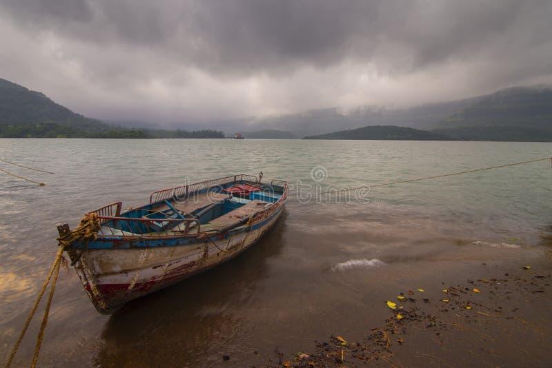 Boat stading i Koyna Dams ryggvatten vid Koyna nagar,Satara,Maharashtra,Indien royaltyfri fotografi