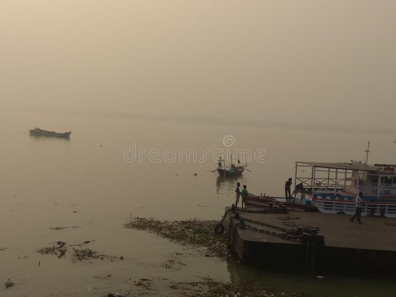 Boat vid floden royaltyfri bild