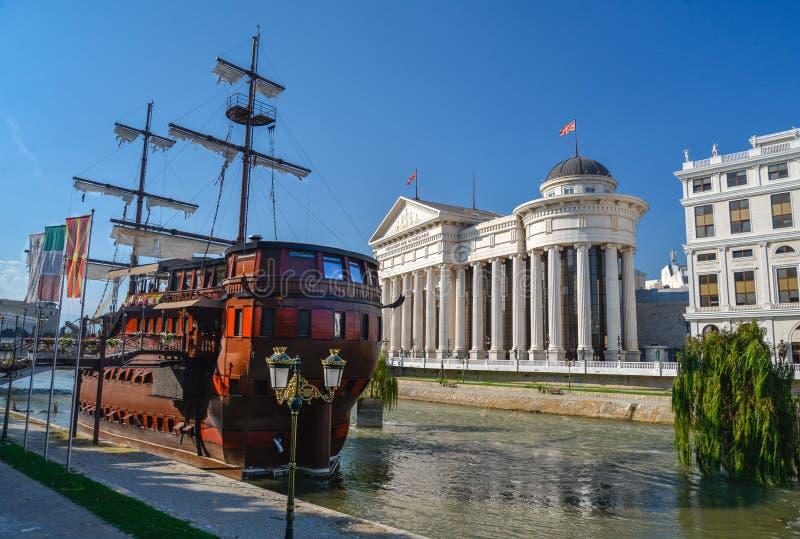 Boatel en Restaurant, op Vardar rivier-Skopje, Macedonië royalty-vrije stock foto