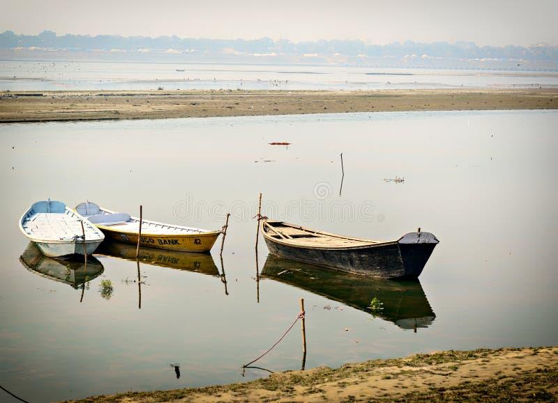 Boates в Ганге в Allahabad, Индии стоковые фотографии rf