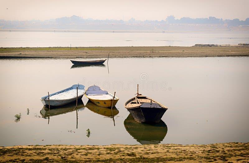 Boates в Ганге в Allahabad, Индии стоковая фотография