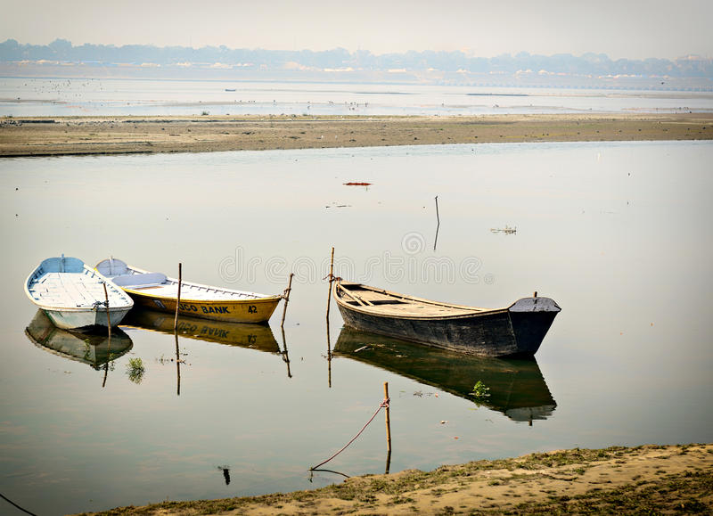 Boates em ganges em Allahabad, Índia fotos de stock royalty free
