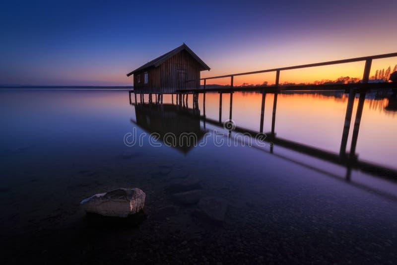 Boathouse à Stegen à l'Ammersee au coucher du soleil en Bavière Allemagne photographie stock libre de droits