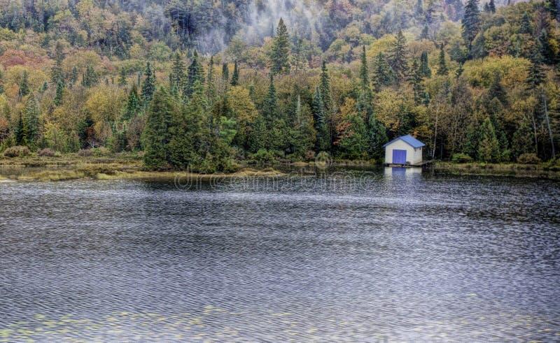 Boathouse στη λίμνη κοντά στο φαράγγι Agawa στοκ εικόνες