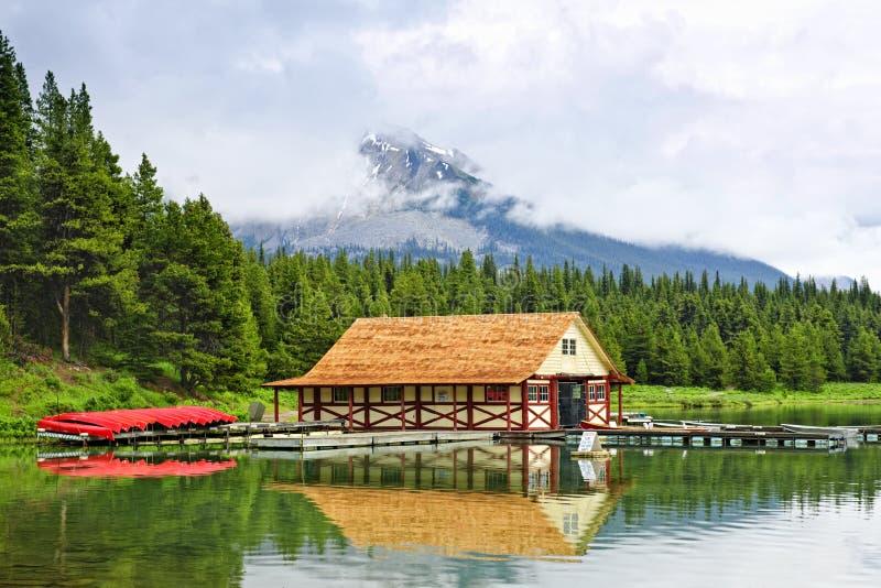Boathouse auf Gebirgssee stockfotos