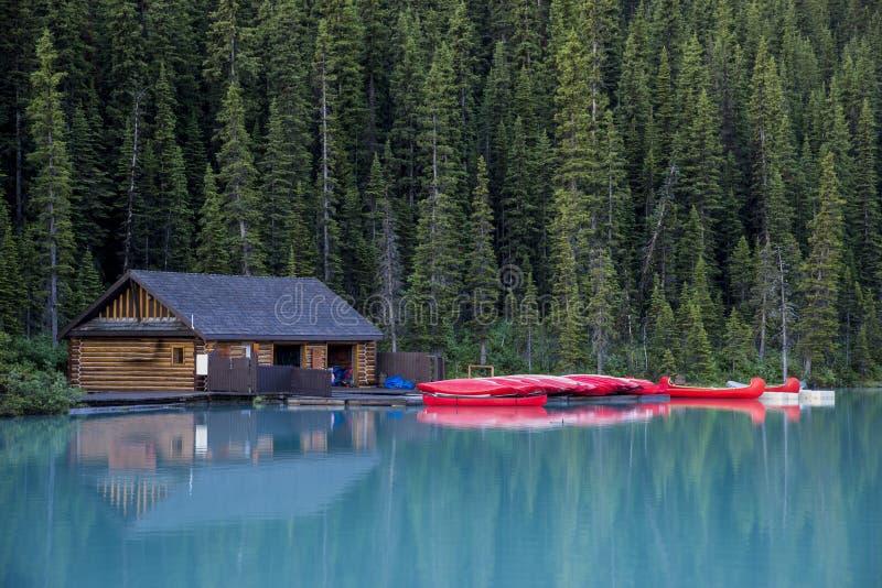 Download Boathouse E Canoas, Parque Nacional De Banff Foto de Stock - Imagem de montanha, rochoso: 29832924
