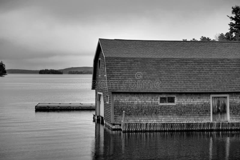 Boathouse em um lago fotografia de stock royalty free