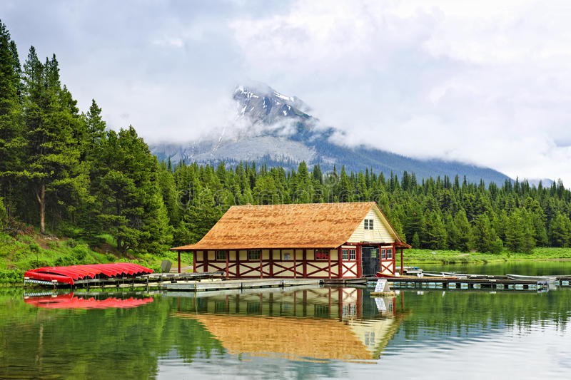 Boathouse sur le lac de montagne photos stock